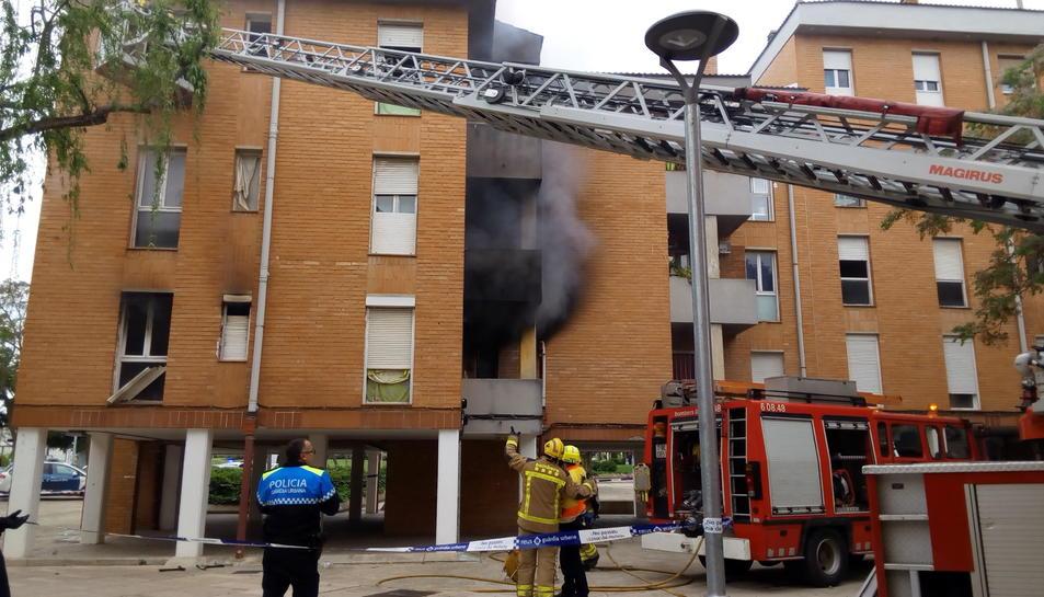 La Policia Local i els Bombers, actuant en l'incendi d'un pis al barri Sant Josep Obrer de Reus.