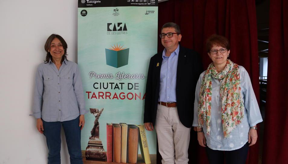 Pla mig dels guardonats dels Premis Literaris Ciutat de Tarragona, Lídia Álvarez, M. Victòria Lovaina i Marc Capdevila.