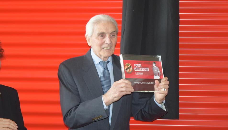 Valero Serer també ha rebut una placa amb la fotografia que presideix la porta de Tribuna