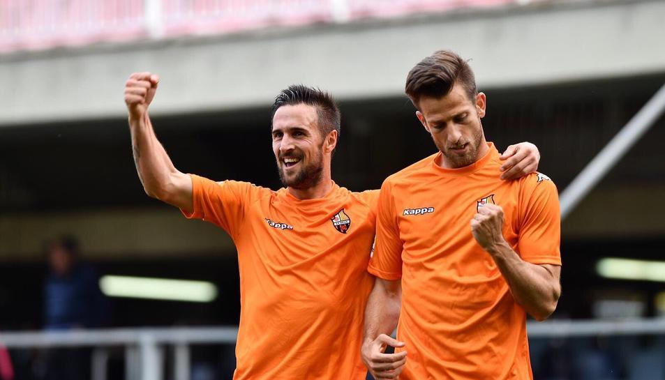 Jorge Miramón i Máyor celebren la diana del jugador d'Aspe, que permet al CF Reus situar-se amb 51 punts a la taula.