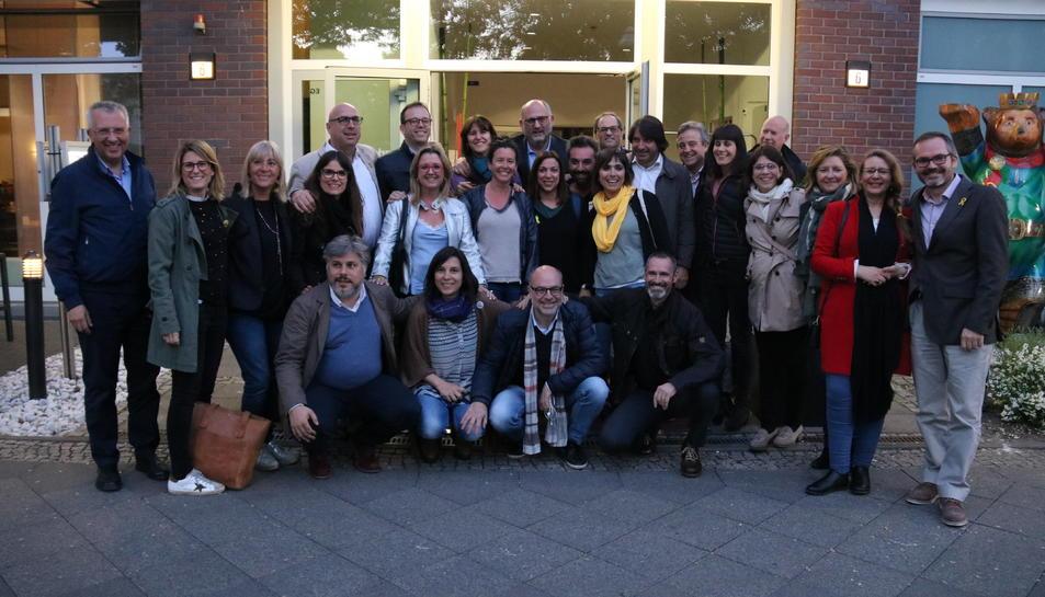 Diputats de JxCat es fotografien amb uns catalans que els han anat a saludar després de la reunió que el grup ha tingut amb Carles Puigdemont a Berlín.