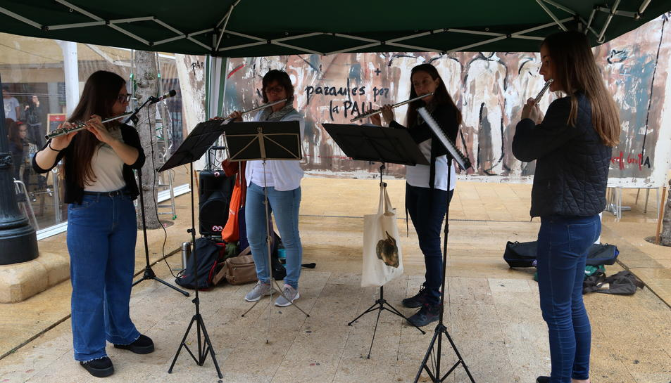 Pla general dels músics del grup de flauta Isabel Serra Bargalló en l'actuació musical durant la trobada mensual de 'Paraules per la Pau', organitzada per la Coordinadora Tarragona Patrimoni de la Pau