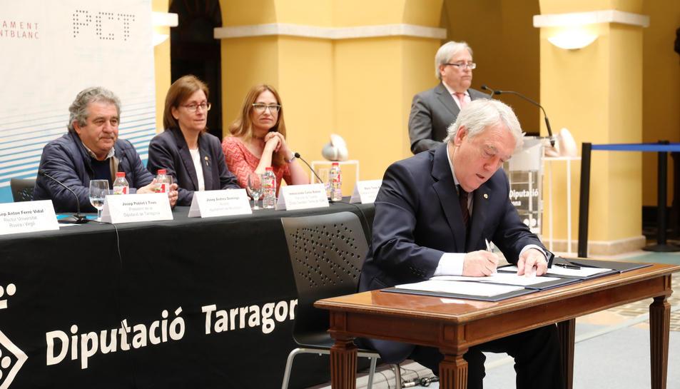 El president de la Diputació, Josep Poblet, durant la signatura del conveni aquest dilluns.