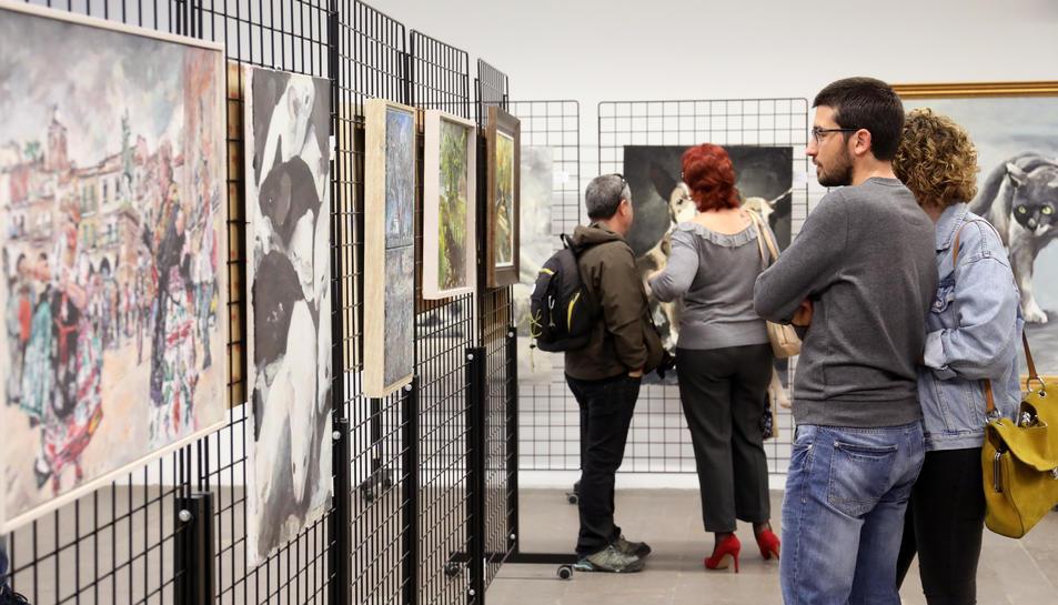 Primers visitants de l'exposició a la seu de la subdelegació del Govern.