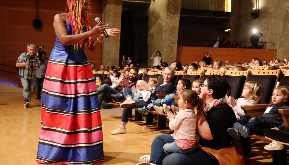 Lucrecia interactua amb alguns nens que van assistir al Palau aquest dilluns a la tarda en l'acte que va servir de prèvia per presentar la cançó dels Jocs.