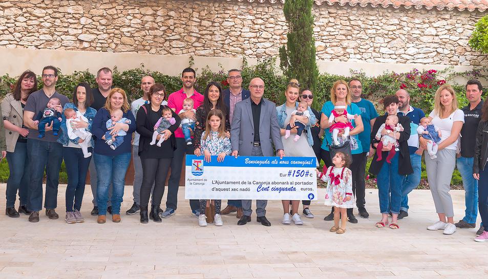 Imatge de l'alcalde i els regidors amb les famílies amb nous canongins.