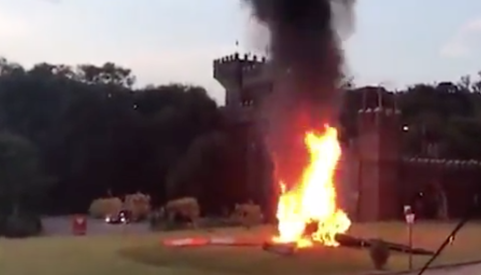 Imatge de l'aeronau cremant, a escassos metres del local on es va celebrar la boda.