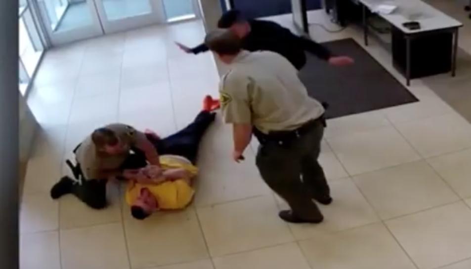 Imatge de l'acusat després de saltar del segon pis.