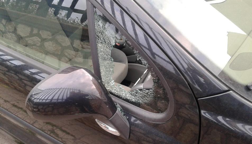 Imatge d'un dels cotxes afectats pels robatoris a l'interior de vehicles al carre del Mar.