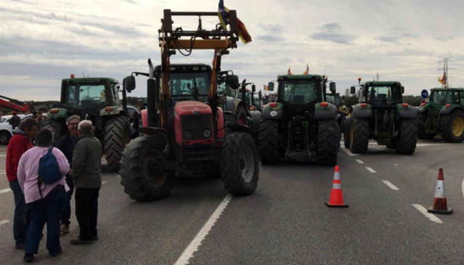 Pla general de desenes de tractors tallant l'N-II a Borrassà amb motiu de la vaga general del 8 de novembre de 2017.