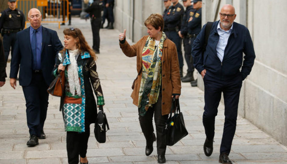 La membre de l'anterior Mesa del Parlament Anna Simó arriba la Tribunal Suprem acompanyada de Lluís Corominas per ser-los comunicat el processament.