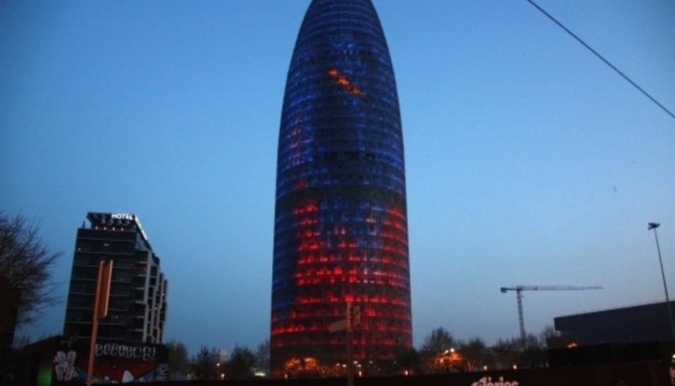 La Torre de les Glòries, anteriorment coneguda com a Torre Agbar, il·luminada.