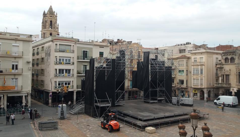 Imatge de la plaça del Mercadal amb l'estructura del Cabaret Trapezi.