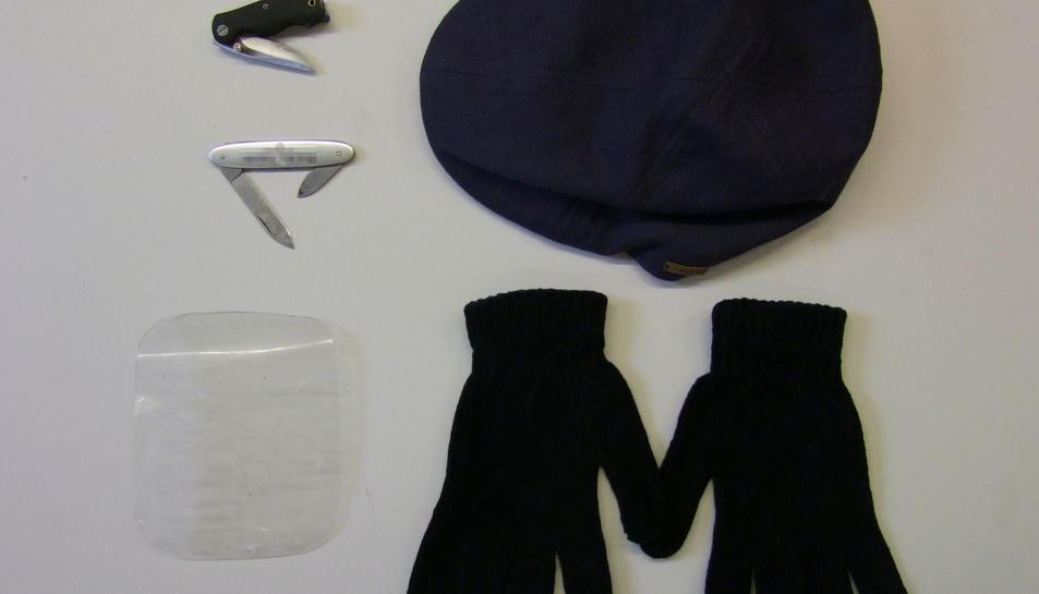Els dos detinguts portaven el plàstic semirígid, a més de guants per evitar deixar empremtes i dues navalles de petites dimensions.