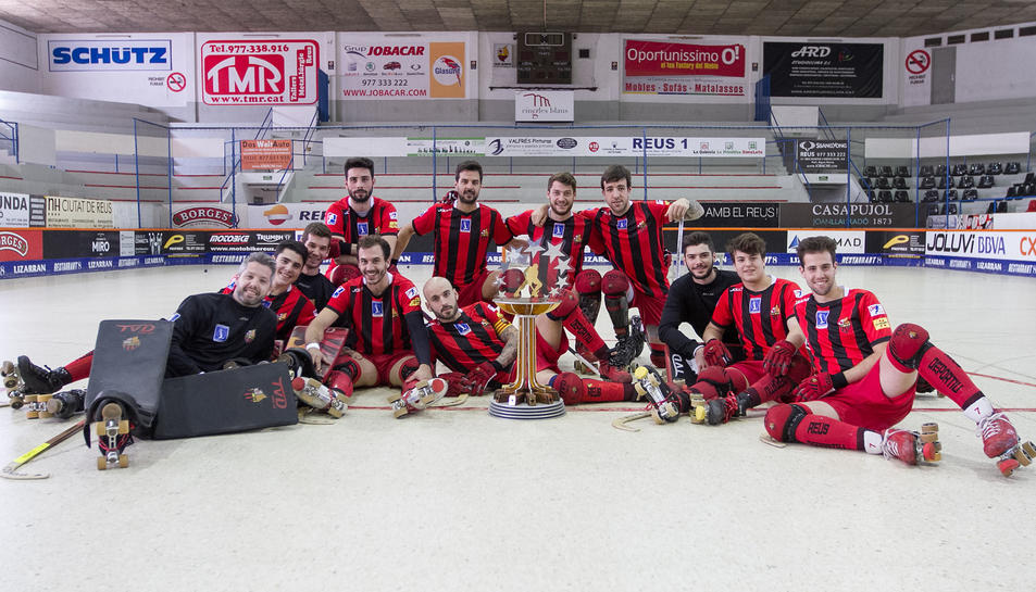 La plantilla reusenca, amb el trofeu aconseguit la temporada passada en la final a quatre disputada a Lleida.