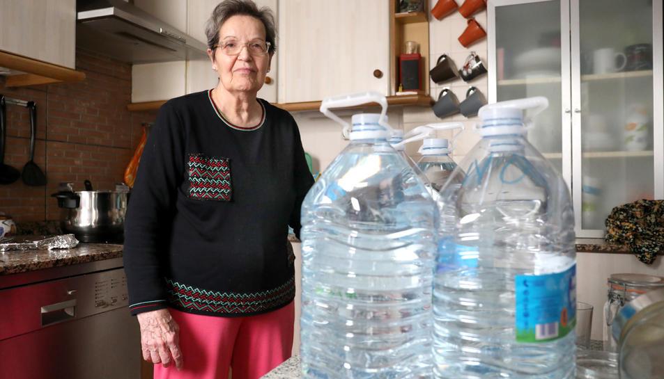 La Dolores Calatayud és propietària d'un pis al número 19 i ha estat cinc dies sense dutxar-se ni poder sortir de casa.