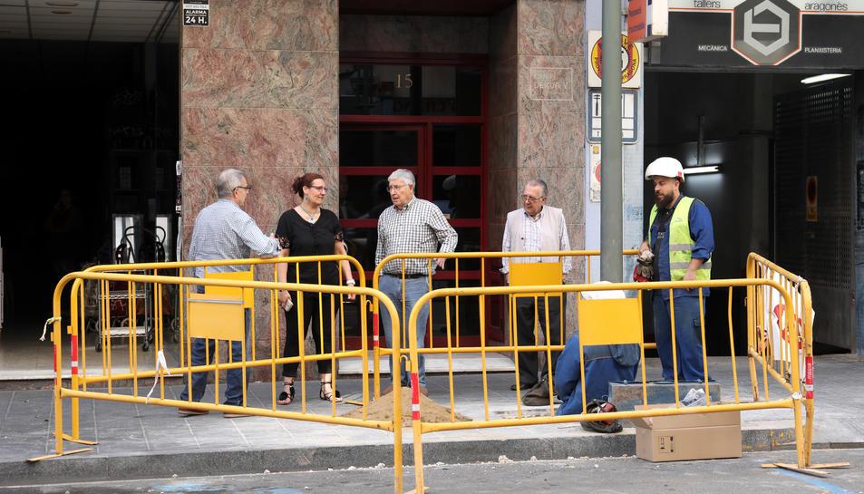 Imatge dels veïns parlant amb els treballadors ahir a la tarda.