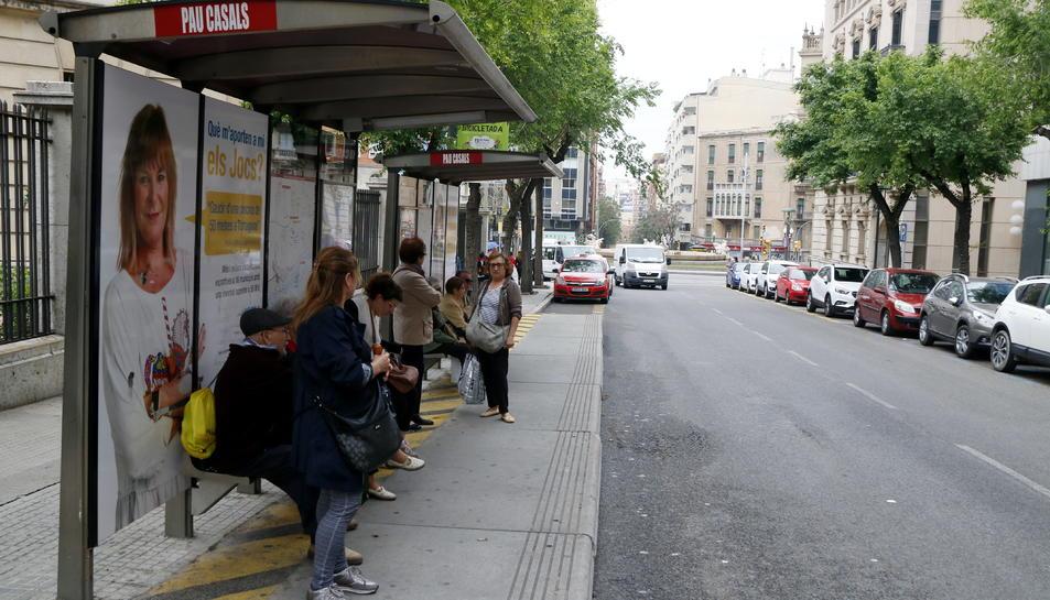 Pla general de diversos usuaris esperant l'autobús a la parada de Pau Casals, durant l'aturada parcial convocada pels conductors de l'EMT de Tarragona. Imatge del 8 de maig del 2018