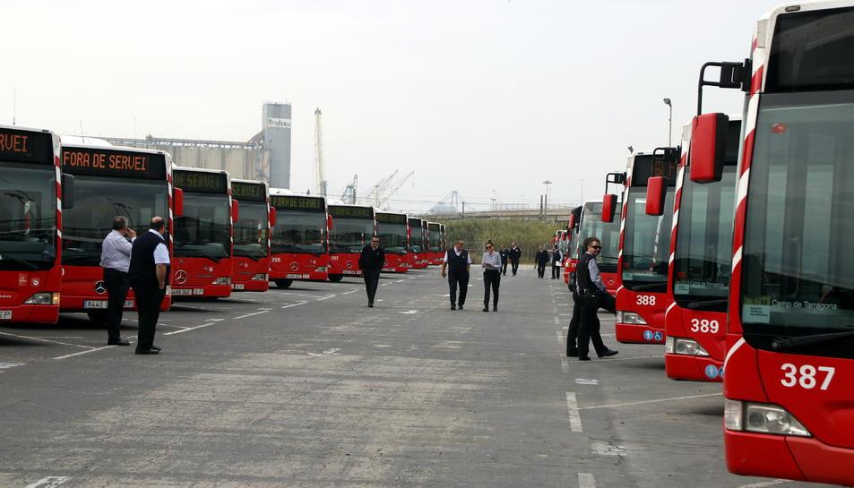 Pla obert de desenes d'autobusos a cotxeres, amb diversos treballadors de l'EMT de Tarragona davant, en la primera aturada parcial de la vaga. Imatge del 8 de maig de 2018