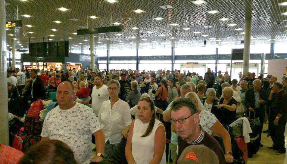Imatge de les cues que s'han produït aquest dimarts a l'aeroport de Reus.