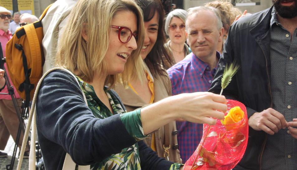 La portaveu de Junts per Catalunya, Elsa Artadi, amb una rosa groga a la Plaça de Sant Jaume, el passat 23 d'abril.