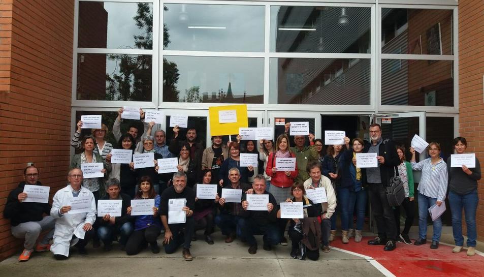 Els docents de l'Institut Narcís Oller amb cartells en suport als centres que estan patint «repressió».