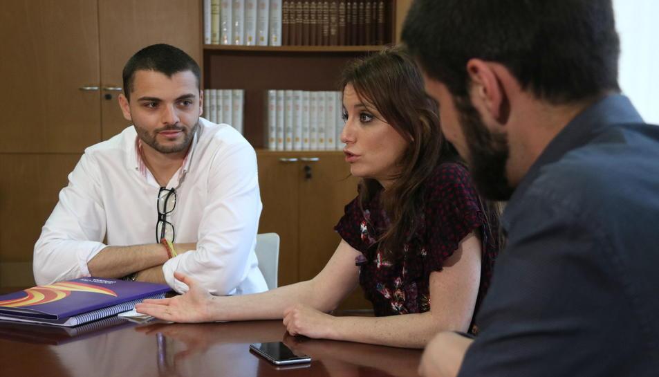 La diputada del PPC, Andrea Levy, amb els joves de SCC al Parlament.