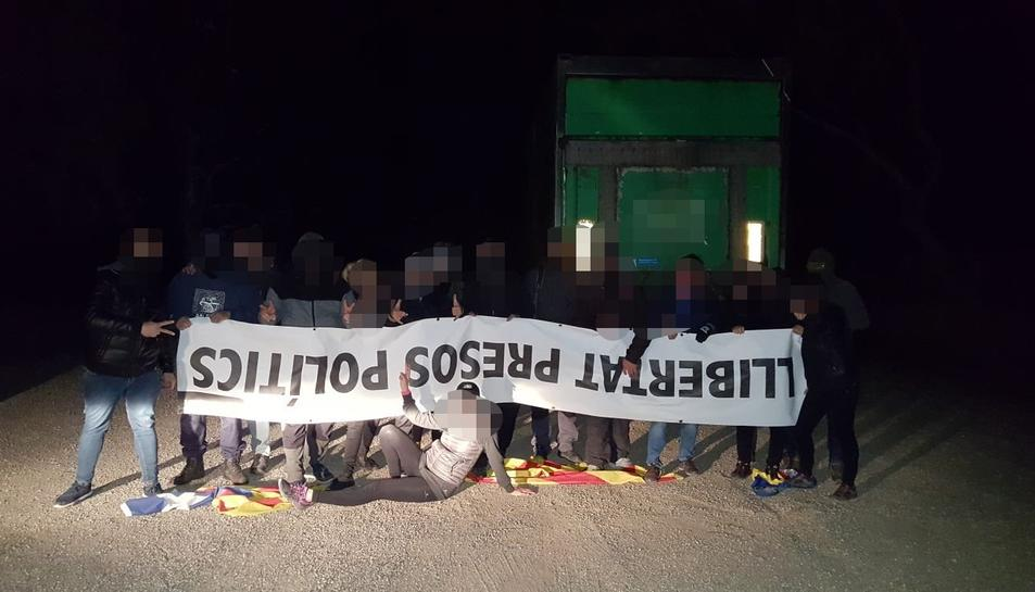 Els grups unionistes mostrant la pancarta que van retirar de Montbrió.