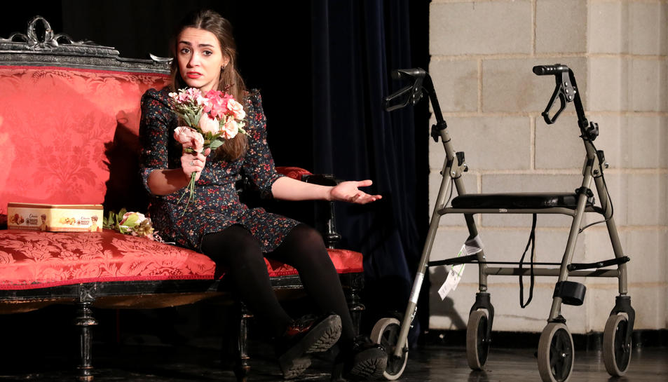 Una de les actrius de l'obra, durant la representació a Sant Pere i Sant Pau.