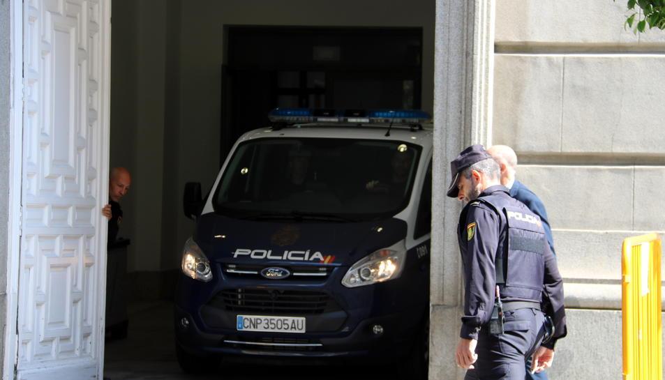 Imatge de la furgoneta que ha traslladat a l'expresidenta del Parlament, Carme Forcadell, i el conseller destituït, Jordi Turull, al Tribunal Suprem.