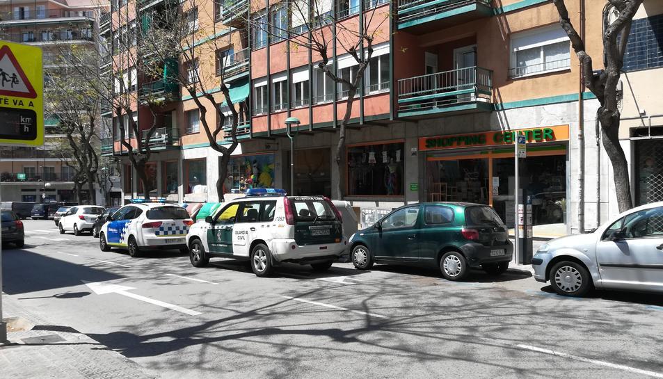 Tres cotxes deGuàrdia Civil, de Policia Nacional i de Guàrdia Urbana han alertat als veïns.
