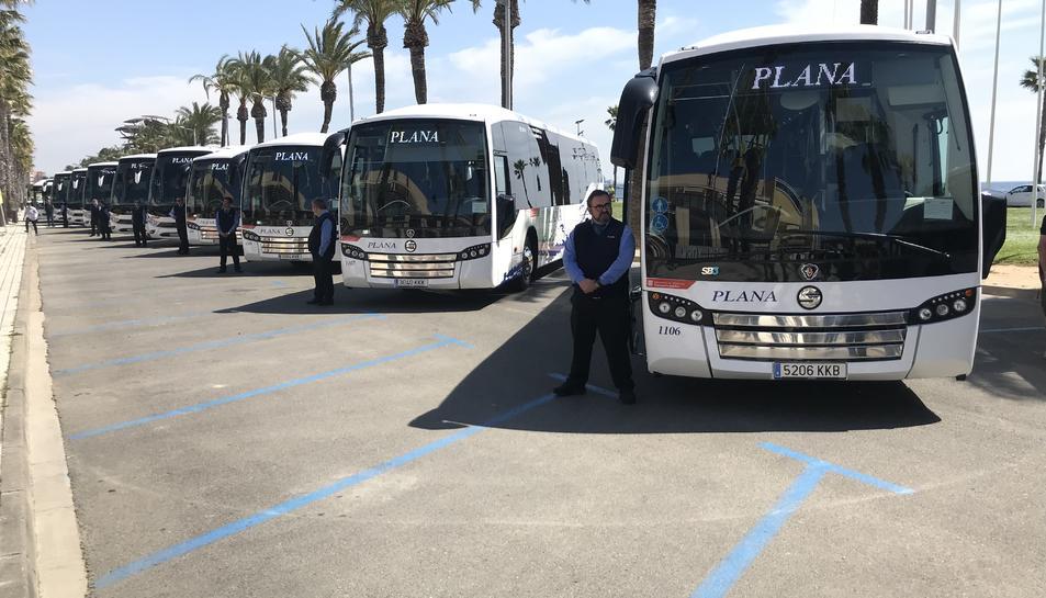 La flota d'autobusos llueix al passeig Pau Casals de la Pineda.