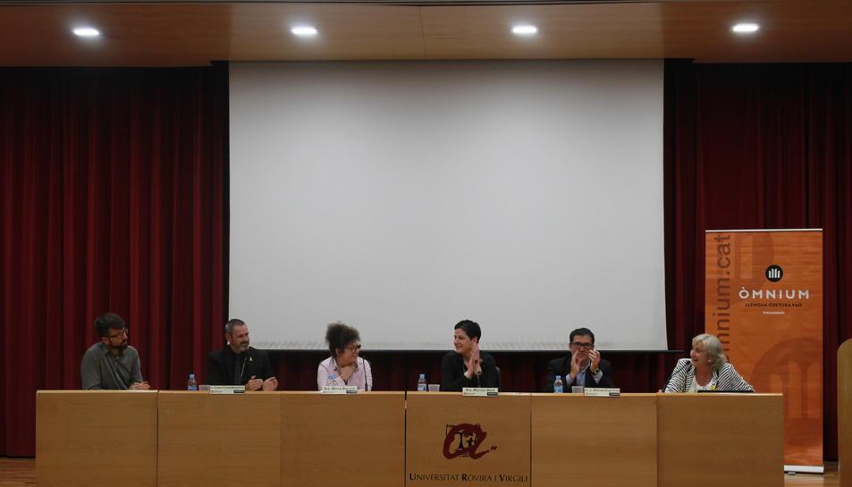 Els tres ponents acompanyats de representants de les entitats organitzadores.