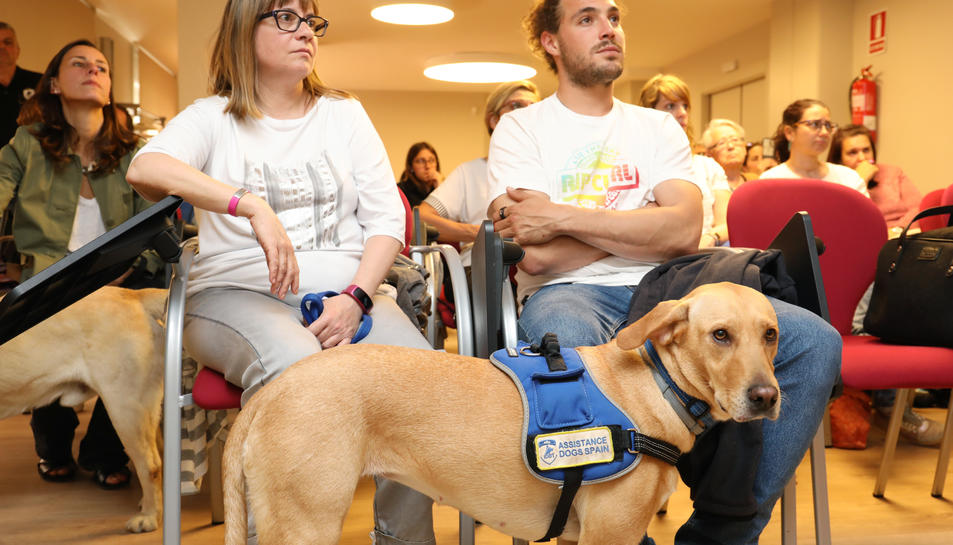 Sasha, el gos d'assistència, amb la seva nova propiertaria Edurne i el seu ensinistrador Jan.
