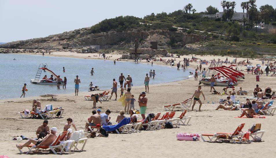 La platja de la Pineda plena de banyistes, aquesta setmana.