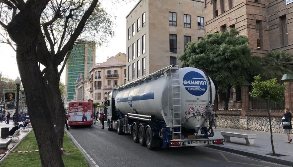 El camió va aconseguir sortir de la Rambla Nova amb l'ajuda de la Guàrdia Urbana.