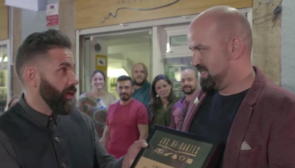 Marc Ribas entregant a l'Òscar del Taller el premi de 5.000 euros per invertir en el seu restaurant.