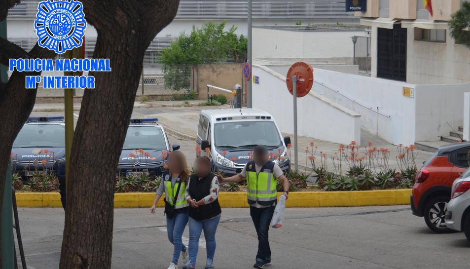 Agents de la Policia Nacional a la comissaria de Tarragona amb la detinguda.