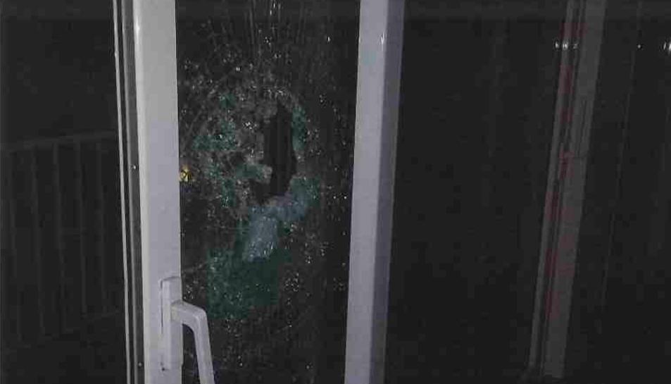 Els lladres van utilitzar una barra de ferro del tendal per trencar el vidre i accedir a l'immoble.