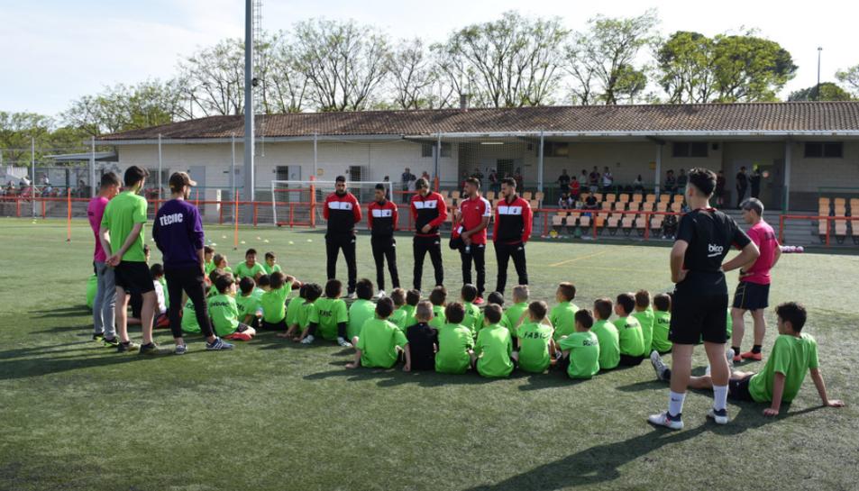 Futbolistas del primer equipo del CF Reus visitan la Escuela de Futbol La Pastoreta