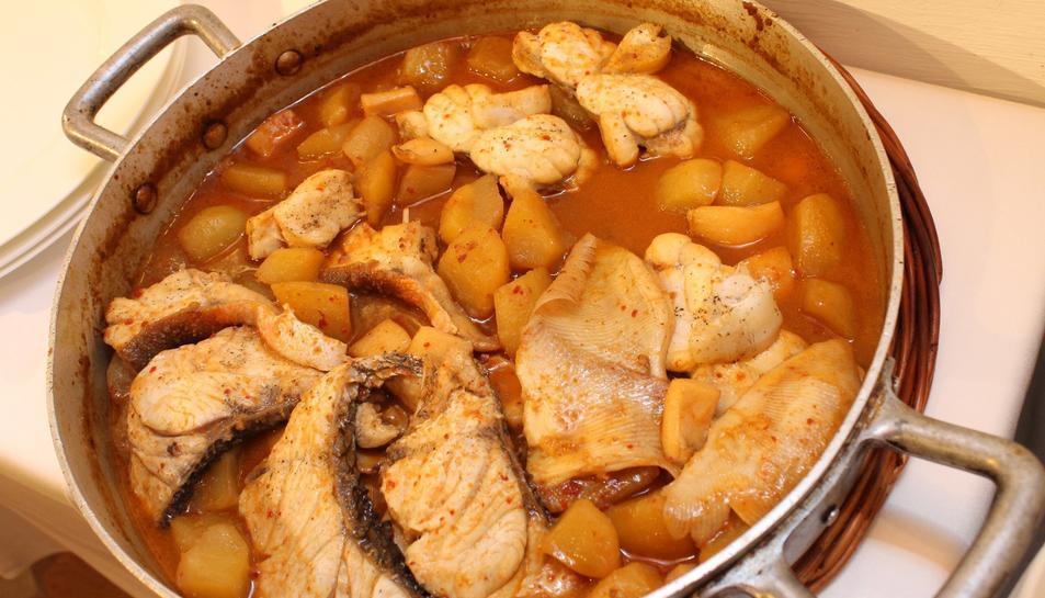 L'Arrossejat és una recepta tradicional formada per dos plats: un de fideus rossos i un de patates amb rap.
