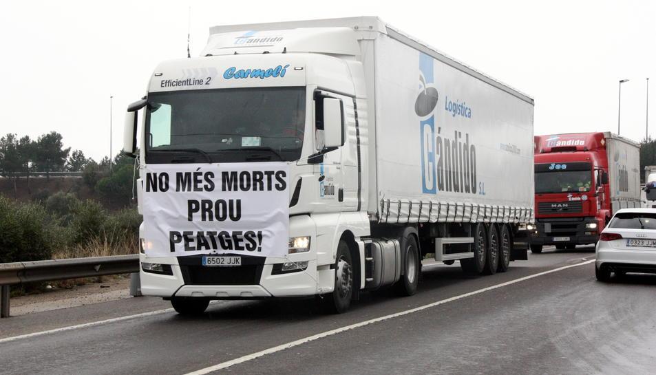 Imatge d'un camió en una marxa lenta a l'N-340 al Vendrell.