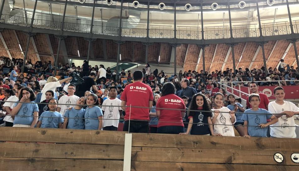 BASF, empresa col·laboradora de l'acte, ha subministrat les samarretes pels escolars