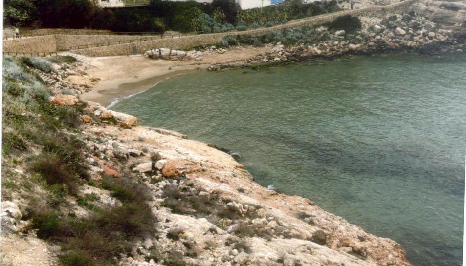 La Cala Llenguadets es troba situada entre la platja dels Capellans i la platja Llarga.