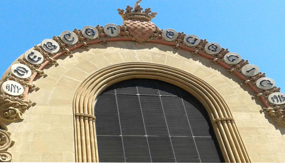 Imatge de la retolació en català a un dels carrer laterals de l'edifici.