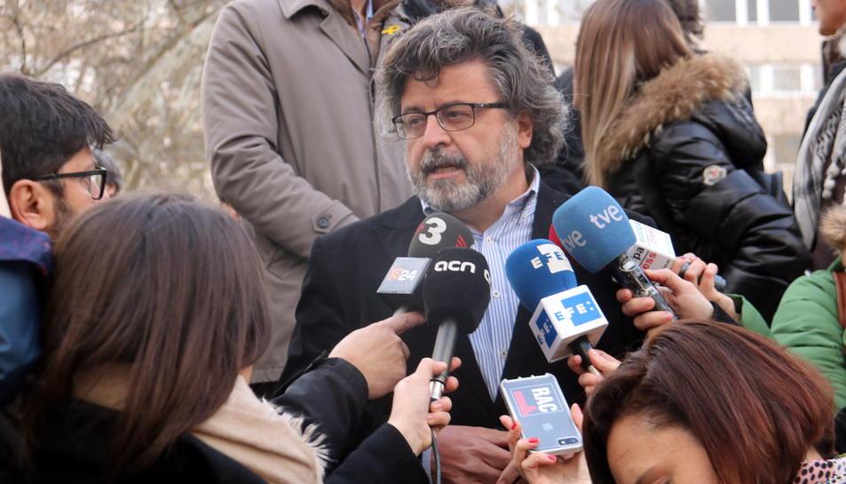 El diputat de Demòcrates, Antoni Castellà, fent declaracions a les portes de l'Audiència Nacional, l'11 d'abril de 2018.