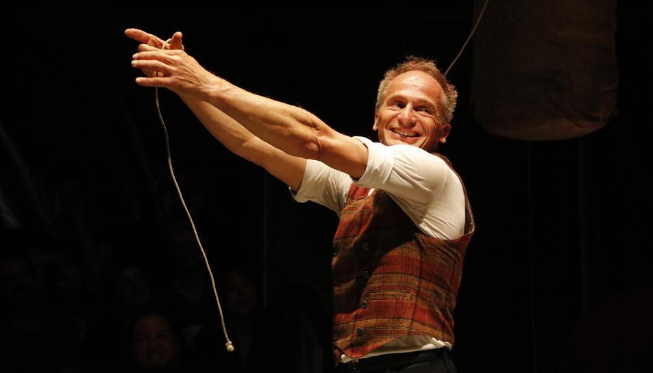 Pla mig de David Dimitri en un moment de l'espectacle 'L'Homme Cirque'.