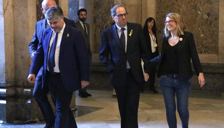 El candidat a la presidència Quim Torra (JxCat) flanquejat pels diputats Elsa Artadi, Albert Batet i Eduard Pujol als passadissos del Parlament.