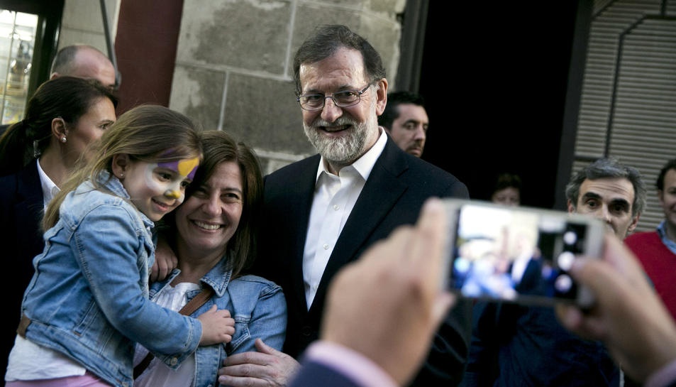 El president del govern espanyol, Mariano Rajoy, es fa una fotografia durant la seva passejada pel municipi gadità de El Puerto de Santa María.