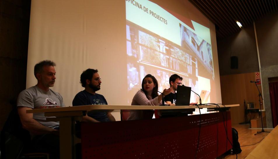 Pla mig de la junta de la colla dels Xiquets de Tarragona en l'assemblea extraordinària per tractar la problemàtica de la manca de local per assajar.